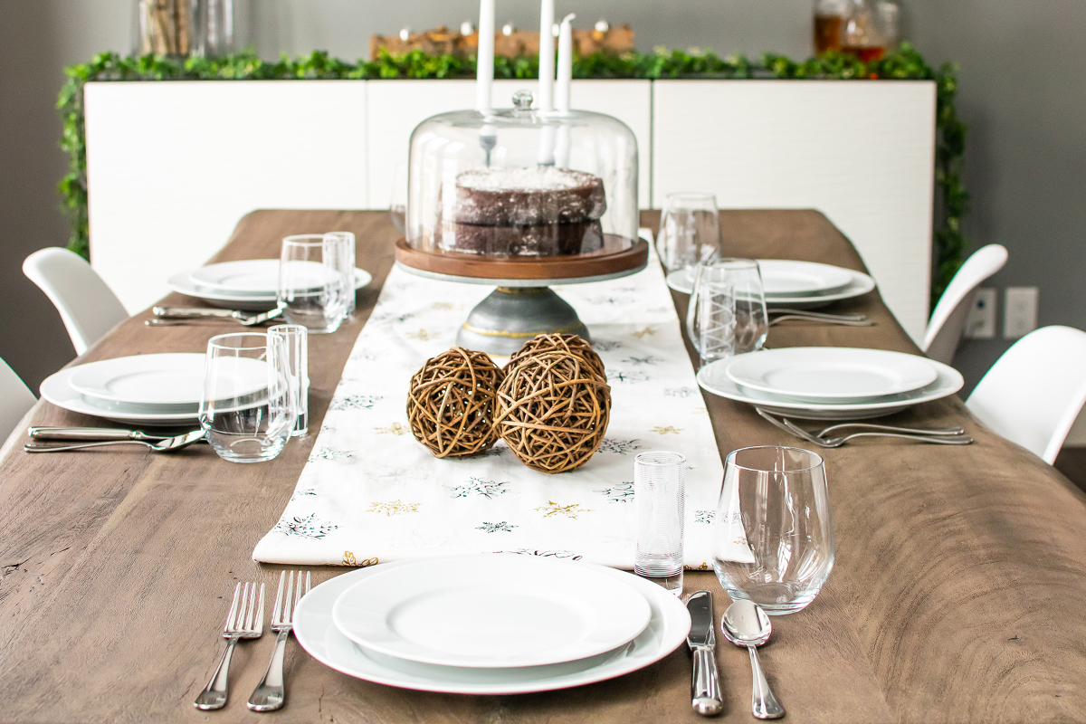 Simple Minimalist Dining Set: Simple Holiday Tablescapes: How To Decorate Your Table For
