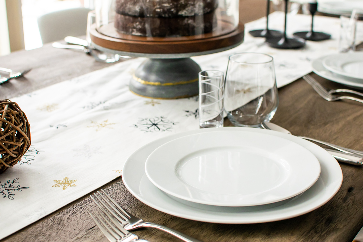 chic holiday dinner party place settings, modern holiday dinner party, chick and modern christmas dinner, how to set your table for christmas dinner