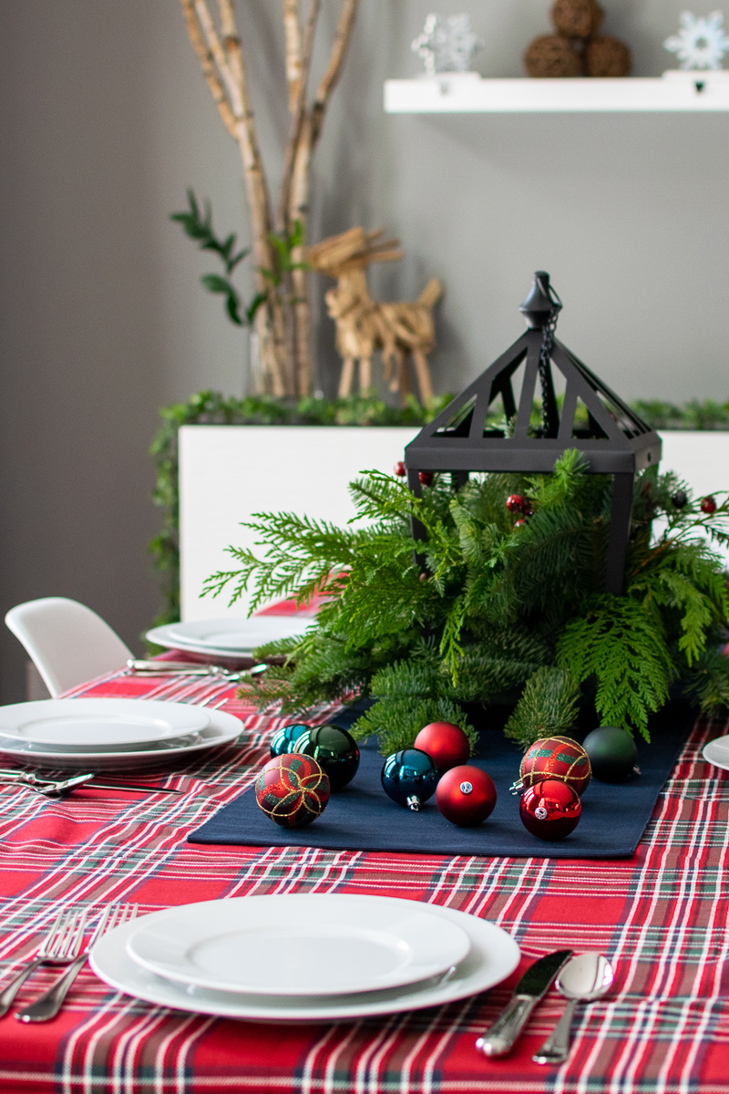 traditional holiday dining room table decor, traditional holiday tablescape, plaid table cloth, traditional holiday dinner table